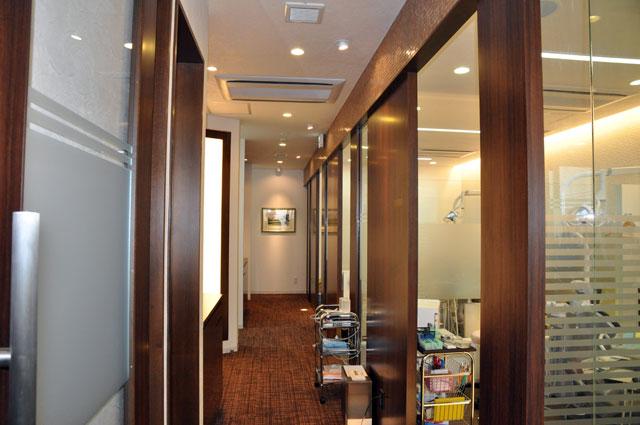 診察室を隔てる廊下